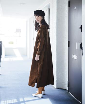 ブラウンの細コーデュロイが秋冬らしいサックドレスは、程よいきちんと感が魅力的。ゆとりのある身ごろと、小さめの首ぐりや袖口のカフスがグッドバランスで、上品な印象です。ストンとしたシルエットと素朴な素材感が、ナチュラルさんの心をくすぐりそう。