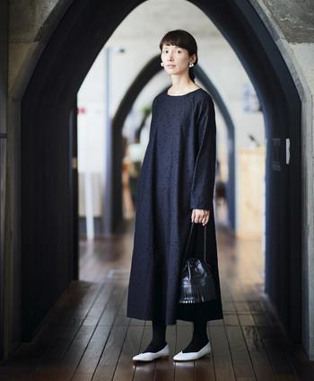 人気シリーズ「魔女ワンピ」の新作は、ぱっと見には黒無地ですが、水玉模様の立体的なフロッキープリントがほどこされています。ランダムに配置された水玉は、まるで舞い降る雪のようで情緒的。裾に向かってフレアになったAラインシルエットと、シンプルなデザインは、魔女ワンピらしい安定感のある着やすさです。