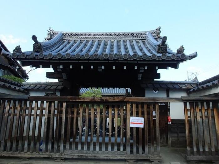 地下鉄東山駅から徒歩6分ほどのところにある信行寺。1716年に現在の本堂が設立されました。通常は非公開のお寺です。  (※公開時も花の天井の撮影は禁止されていました。)