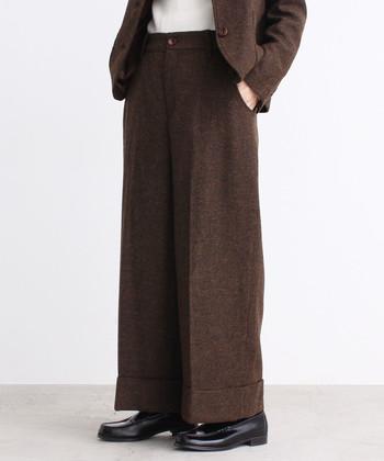 ジャケットを合わせてセットアップに着こなしたコーデ。ラフなインナーや、革靴でメンズライクな印象に。