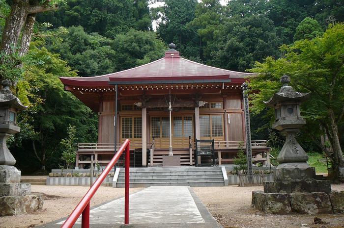 京都府綾部市にある楞厳寺は、「関西花の寺25ヶ所」の第2番札所となるほど、花が美しいお寺です。