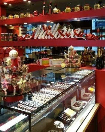 『ポルボローネス』をはじめとしたお菓子やはちみつ紅茶など幅広いラインナップ。かわいいパッケージは贈りものにも◎
