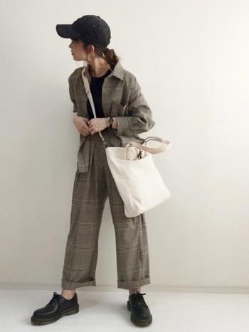 ゆったりシャツジャケット×パンツのセットアップコーデ。キャップ&斜め掛けショルダーバッグでメンズライクにまとめて。