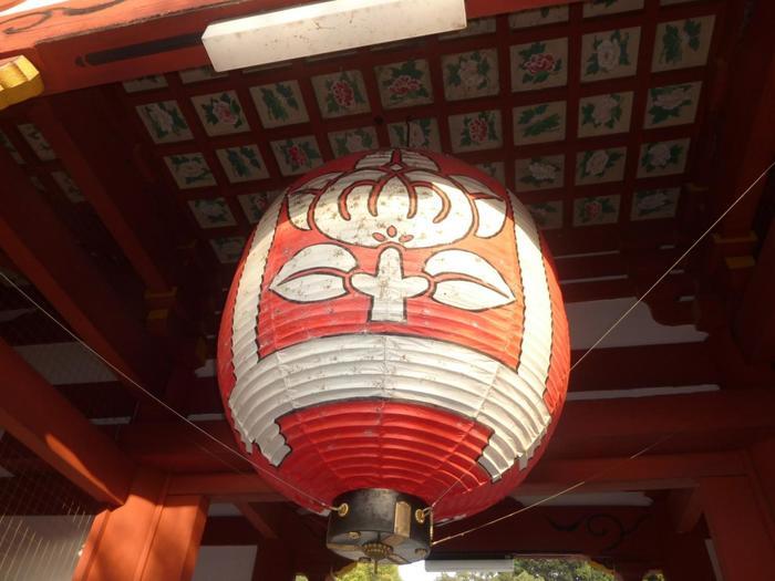 鮮やかな朱色の仁王門の天井を見上げると…