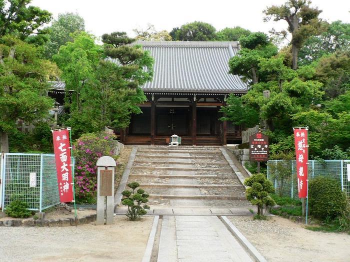 京都市伏見区の京阪深草駅から徒歩10分ほどのところにある宝塔寺。江戸時代に再建された本堂や、室町時代に建てられた多宝塔は重要文化財となっています。