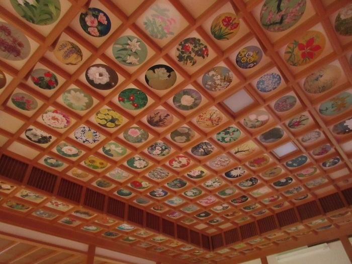 神社やお寺にある花の天井。古くからのものがそのままの姿で残されていたり、現代の名匠によって色鮮やかに蘇ったり。時代を超えても、花の天井は美しくあり続けています。