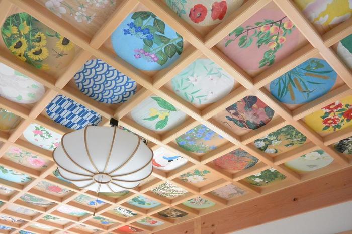 天井に花が描かれるようになったのは、室町時代に行われた平岡八幡宮の再建時がはじめてだったと言われています。 (詳細は、平岡八幡宮の見出しにてご説明させていただきます。)  古くからの日本の建築の性質上、天井に多くの梁を渡す必要がありました。その梁によってできたマス目ひとつひとつに、四季折々の植物が描かれているのが花の天井画です。