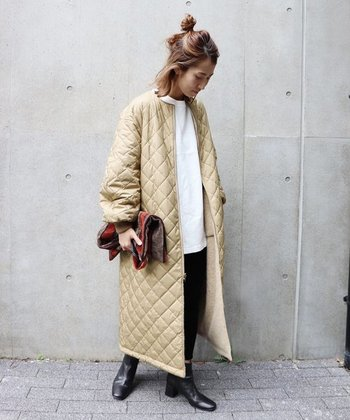 リバーシブルのキルティングコートは、ひとつあれば様々な表情を楽しむことができます。モノトーンコーデの上に羽織れば、大人カジュアルスタイルに。