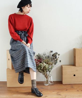 チェックのスカートに、赤いニットとレザーシューズを合わせたコーデ。シンプルなアイテムでも、色使いや着こなしにこだわりをもてば、こんなに素敵なトラッドスタイルが完成します。