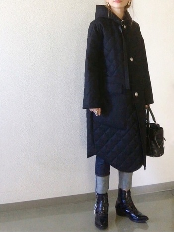 デニムパンツにキルティングコートを合わせた、大人カジュアルな着こなし。かっちりめのパンツ&ブーツに、あえてフード付きコートを合わせることで、こなれ感が生まれます。