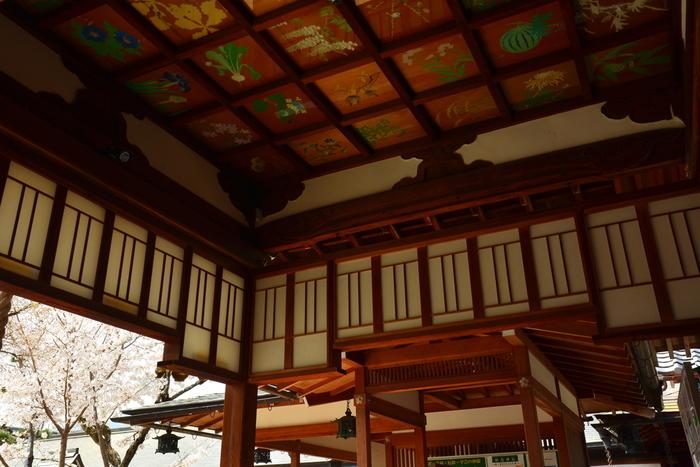 花卉図の『卉(き)』は草を意味します。花卉図とは、花が咲く植物や草花が描かれた絵のこと。 有名なところでは京都にある平岡八幡宮など、さまざまな神社・お寺や洋館などの天井に描かれています。  どんな季節でも、色鮮やかな花を愛でられ、時代を超えて今も見る人に感動を与え続けます。