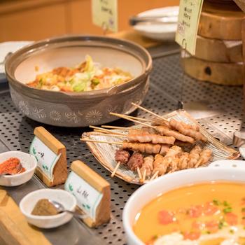 ランチビュッフェは、串焼きや天ぷらなどの和食、カルパッチョやデザート、ドリンクもありリーズナブルです。好きなものを食べられるので、お子さんも喜びますね。