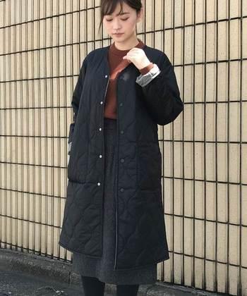 こちらはノーカラーのキルティングコート。シンプルで飽きの来ないデザイン。長く愛用できる一枚になってくれそう♪