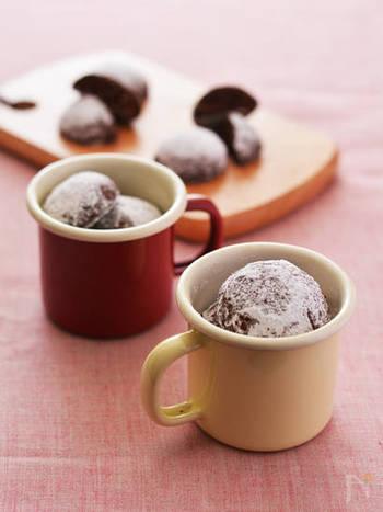 香ばしいごまは焼き菓子との相性もバッチリ。ほろ苦いココアとも良く合います。一口サイズでコロンと可愛いこちらのスノーボールは、甘さ控えめで男性も食べやすいので、バレンタインなどのちょっとしたプレゼントにもいいかもしれません。