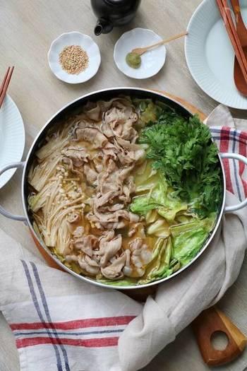 ごま油の風味がクセになる「豚キャベツのごま油鍋」。具材はお好みでアレンジができそう!具沢山で召し上がれ。