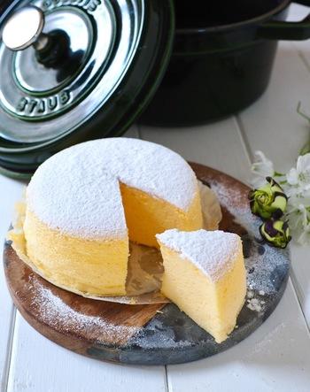少ない材料で作れて美味しいスフレチーズケーキ。でも火の調整が難しいため、仕上がりがひび割れしてしまうことも。ところが、STAUBなら焼きムラもひび割れもないスフレチーズケーキを簡単に作ることができ、見た目も味も抜群の仕上がりに♪