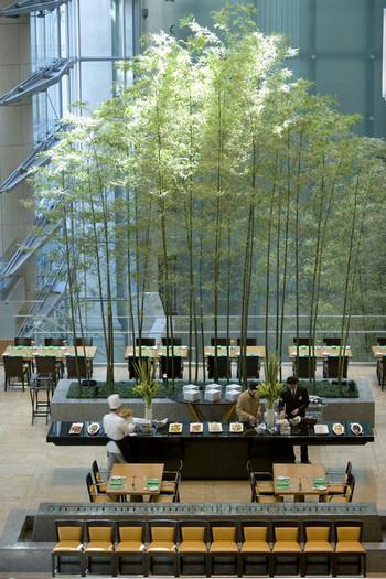 東京駅から徒歩12分、三越前駅からは地下通路直結の日本橋三井タワーの2階にある「ヴェンタリオ(VENTAGLIO)」は、ホテル「マンダリン オリエンタル 東京」のダイニング。シーザーペリ設計の緑と自然光にあふれた開放的な空間で、地中海料理をいただけます。