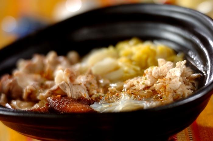 作家の妹尾河童さんが広めてくれた白菜を食べる中国の「ピェンロー鍋」。干し椎茸で戻したお出汁とお肉の旨み、ごま油と旨味をたっぷり吸った春雨と白菜。そこに大量のごま油。これはハマりますよ!ぜひ試してみて頂きたい新しいお鍋レシピです。