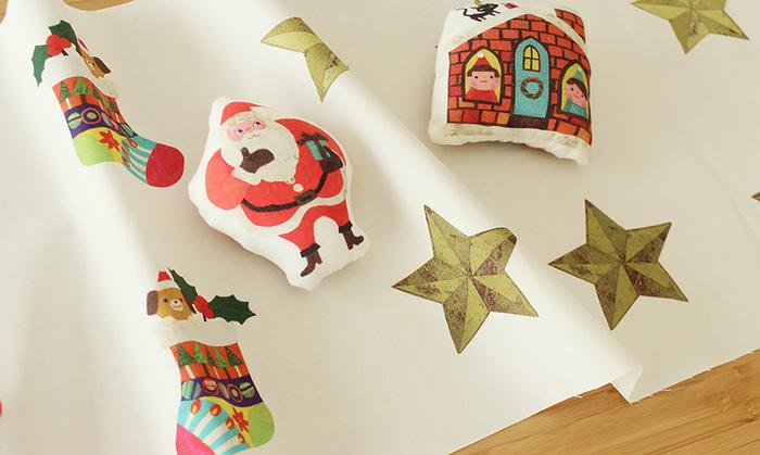 クリスマスのオーナメントを作るなら、キットを活用するのもおすすめです。ハンドメイドサイト「nunocoto fabric」では、布に描かれた絵柄をカットして簡単に作れるクリスマスオーナメントキットも用意されていますよ。