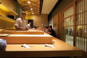 テーブル席もありますが、せっかくならカウンター席がおすすめ。目の前で職人が握る姿を見れるだけでなく、お寿司や旬の食材について会話も楽しめますよ。