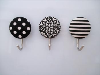 100円ショップにあるマグネットフックに、作ったくるみボタンをかぶせるだけと簡単に作れるマグネットフックです。 購入するときは、くるみボタンのサイズに気をつけて。