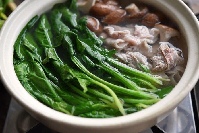 冬が旬で栄養価が高いほうれん草を大量に頂くことができる「常夜鍋」。豚バラ肉のうまみがしっとり煮られたほうれん草に絡まって、とっても美味しい!〆にはラーメンや雑炊、うどんでも楽しめますよ。