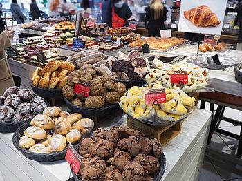 """東京駅改札内の地下1階グランスタにある「BURDIGALA EXPRESS(ブルディガラ エクスプレス)」は、""""日常生活を少しだけ上質に""""をコンセプトにしたお店。ハード系のパンを中心に、フランス産の小麦粉や天然酵母を使うなど素材にこだわったパンを作っています。"""