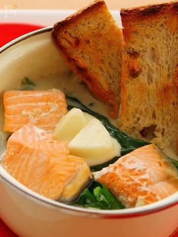 なんと、モッツァレラチーズとお味噌がポイントの「サーモンとほうれん草のチーズ鍋」。パンに浸しながら秋の夜更けにゆっくり頂きたい幸せのお鍋です。