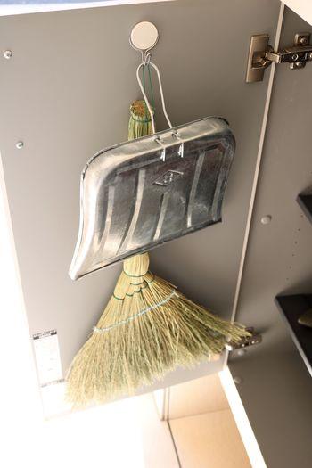玄関にもう少し収納が欲しい!という時はフックが活躍。人の目に触れたくない掃除道具も、靴棚の扉の内側にフックをつければこの通り。