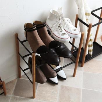 横幅が伸縮するタイプのものもあり、普段は短く使って来客時だけ広げるなんて使い方も。これなら大勢の人が訪れても玄関が靴だらけにならず、キレイをキープできそう。
