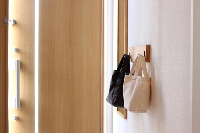 インテリア性の高いフックなら、壁際のデッドスペースを活用して見せる収納も可能です。帽子を掛けたり、手袋やマフラーなどの小物類を、バッグにひとまとめにして掛けたり。