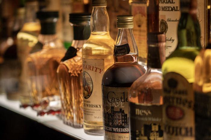 これらのお酒は、名前がよく知られているし、バーや居酒屋に行けば必ずお目にかかるであろう種類です。そんなウィスキー、ブランデー、ジン、ウォッカ、テキーラ、ラムなどはアルコール度数が高いお酒の部類としてまとめて覚えておくと安心です。40%越えもよく見られるでしょう。いきなりストレートで飲むのは危険なこともありますので、何かで割るなどして飲み方を工夫してみてくださいね。