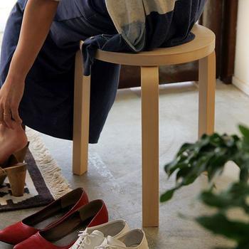 玄関にスツールがあれば、ヒールの高い靴やブーツを履くときにちょっと腰をかけられてとっても便利。できるだけ場所を取らないコンパクトなものを選ぶのがポイントです。