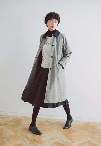 コットン素材のステンカラーコートは、空気を含んだかのようにとても軽やか。クラシカルなプリーツスカートと合わせれば、女性らしく柔らかな着こなしに。