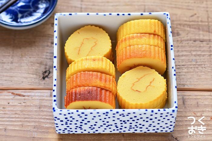 鮮やかな卵色ときつね色が華やかな伊達巻。甘くてふわふわ、子どもでも食べやすい人気のおせち料理です。卵とはんぺん、あとは巻きすがあれば案外簡単に作ることができます。焼き色をしっかりめにつけて、熱い内に巻くのがキレイに作るポイントです。