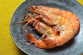 お祝いの席にぴったりの、えびのうま煮レシピです。海老と基本の調味料さえあれば、15分ほどで簡単に作れます。保存期間は他の料理よりも短めなので、年末にささっと作りましょう。