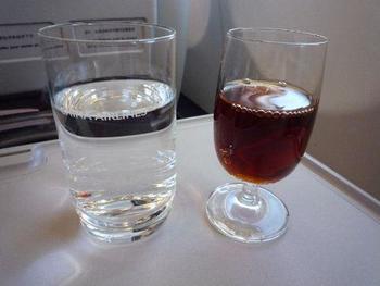 お酒を飲むときには、合わせて水を飲むことが大切なポイントです。アルコールの分解には必ず水が必要になるため、飲まないでいると脱水症状を引き起こす危険もあるので気をつけて。  強いお酒を飲むときには、「チェイサー」と呼ばれる、水やノンアルコールのドリンク、弱いお酒などの飲みものがよく一緒に飲まれています。お酒の種類に関わらず、アルコールを摂取するときには、チェイサーのことを気に留めておきましょう。ちなみに、日本酒などと一緒に飲む水は「和らぎ水」と呼ばれています。お口の中をスッキリさせてくれる働きもあるのだそう。
