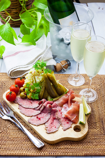 お腹が空いているときにいきなりお酒を飲んでしまうと、血中のアルコールの濃度が急に高くなり、悪酔いしてしまうことがあります。ひどい場合には、急性アルコール中毒になるおそれもありますので、お酒を飲む前に何か胃に食べ物を入れておくことも心に留めておきましょう。また、食前に少量のお酒を飲むと、消化液の分泌を促進したり、胃や腸の運動を活発にする作用が期待できるのでおすすめです。  また、お酒を飲みすぎると体に脂肪が付きやすくなることもあるので、おつまみのチョイスを工夫するとよいでしょう。ヘルシーなものを選んだり、食べ過ぎたりしないように心がけて。アルコールの分解を手助けする、ミネラルやビタミン、たんぱく質などを意識して選んでみてください。
