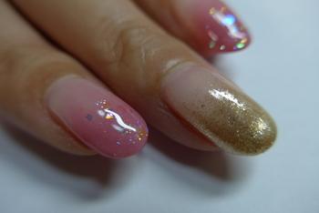 ピンクのグラデーションにゴールドラメのグラデーションをプラス。簡単だけどセルフに見えないから忙しいときにもおすすめです。