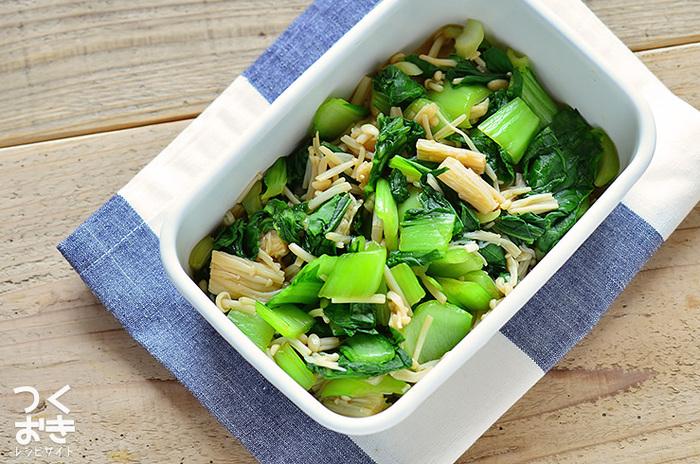 """美しいグリーンが彩り良い食卓に…。""""えのきとチンゲン菜のおひたし""""は、シャキシャキっとした食感も楽しく、メインのお料理のもう一品におすすめです。温めなおして食べるのは勿論、冷たいままでも美味しく頂けます。"""