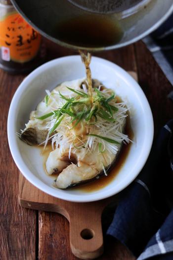 常夜鍋は小さめのお鍋でも十分満足できる一品なので、この時の副菜は少しボリュームアップ。フライパンでできるカレイを使った白身魚の香味蒸しは、食べる直前に熱々に熱したごま油を刻んだネギにジュワーっとかけていただくとっても美味しいレシピです。熱い油をかける際は火傷に要注意!