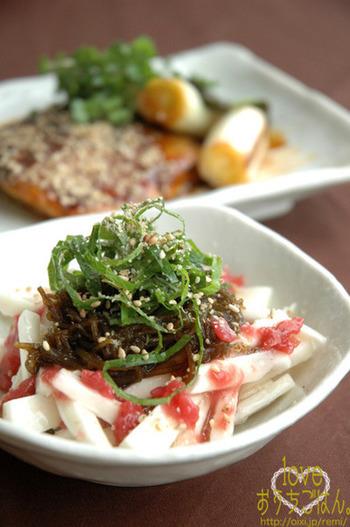 熱々の二品が続いたあとは、お口直しになるさっぱり系をセレクト。食物繊維たっぷりの山芋にもずくと梅肉を乗せて召し上がれ。