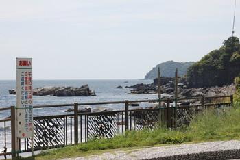 お店のすぐ向こう側は海。とんびの鳴き声や波の音など、豊かな自然が感じられます。