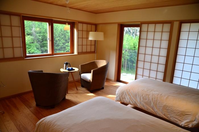 客室は、全部で8部屋。窓から見える景色も自然豊かで、心地がいいですね。