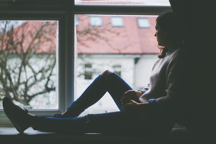 そもそもスマートフォンの使いすぎは、倦怠感や肩こり、眼球疲労、頭痛を引き起こしやすくなると言われています。また、はじめのうちは周りの近況を知れる喜びや嬉しさ、安心感が優るかもしれませんが、時間が経つにつれ、気づけばその情報が重荷となり、情報の過食によって、心が折れてしまうことも…。