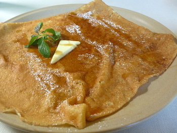 「塩バターとメープルのクレープ」もシンプルな味わいが人気です。ガレットとはまた違うソフトな生地とバターの香りを存分に楽しめます。