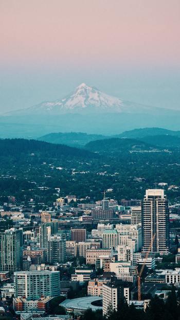 皆さんは『ポートランド』をご存知でしょうか。うっかりポーランドと聞き間違えそうですが、この『ポートランド』は、アメリカのオレゴン州にある都市です。  ポートランドの富士山と呼ばれる、オレゴン州最高峰「フッド山」を望みます。