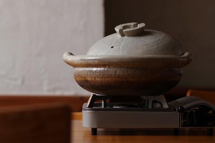 ずんぐりむっくりとしたシルエットが日本の土鍋らしい伊賀の布袋鍋。ざらりとした多孔質な土の質感と重量感を楽しめる、昔ながらの土鍋です。