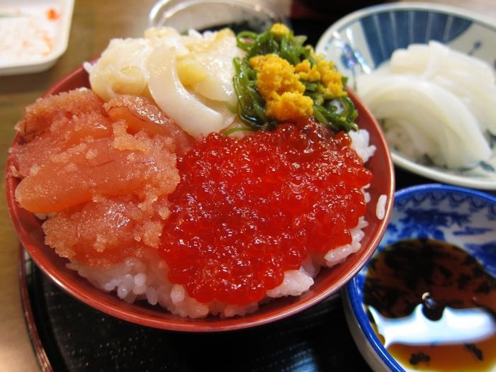 青森県八戸市、JR陸奥湊駅前にある「陸奥湊駅前朝市」でもセルフカスタマイズで海鮮丼が作れます。