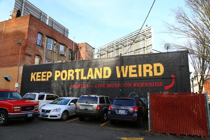 ちなみに、ポートランドにはスローガンがあるんです。  『KEEP PORTLAND WEIRD』。訳すと「ポートランド ずっと変わり者のままででいようよ」といった意味。  この言葉には、「一人ひとり、みんなが違ってていい」「自分らしく伸び伸び、自然体で生きていこう」という想いが込められています。このスローガンが、ポートランドの住民一人ひとりが住みやすい、生きやすい街を作るというコンセプトに繋がっているんですね。